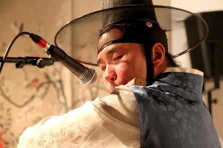 Hwang Dong-yoon plays daegeum